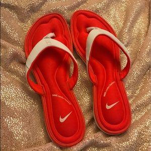 BNWOT Nike flip flops size 10